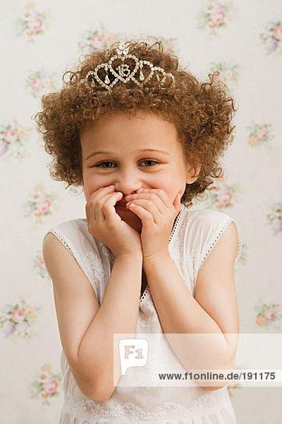Süßes Mädchen kichert Süßes Mädchen kichert