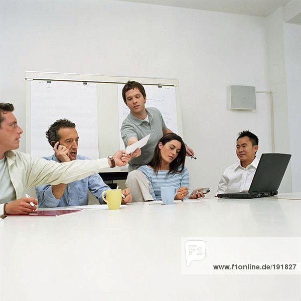 Fünf Büroangestellte
