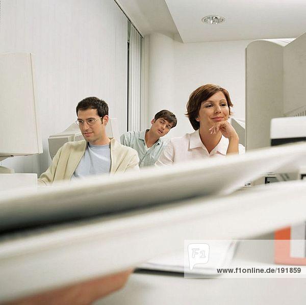 Drei Büroangestellte