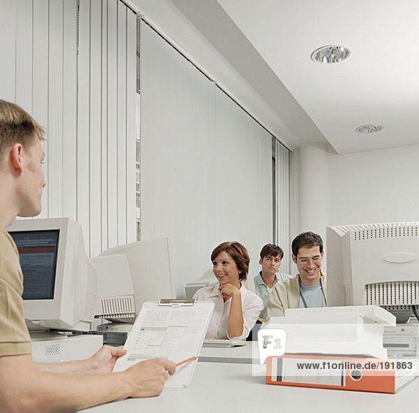 Menschen  die im Büro arbeiten