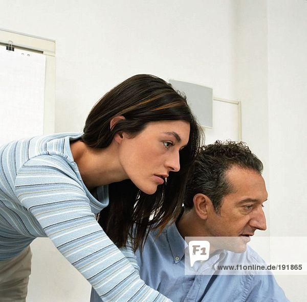 Büroangestellte und -frauen