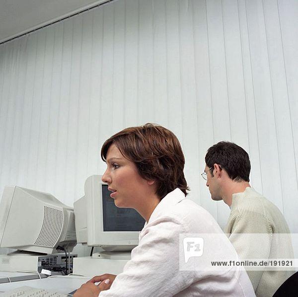 Zwei Büroangestellte