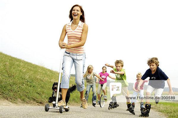 Frau spielen mit Kindern unterwegs Frau spielen mit Kindern unterwegs