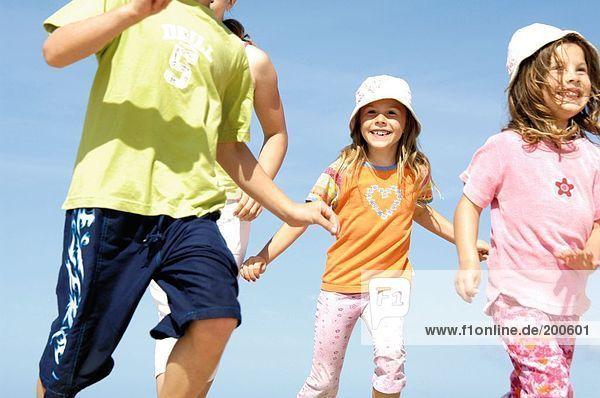 Kinder laufen  elevated view