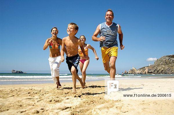 Eltern mit Sohn und Tochter ausgeführt am Strand