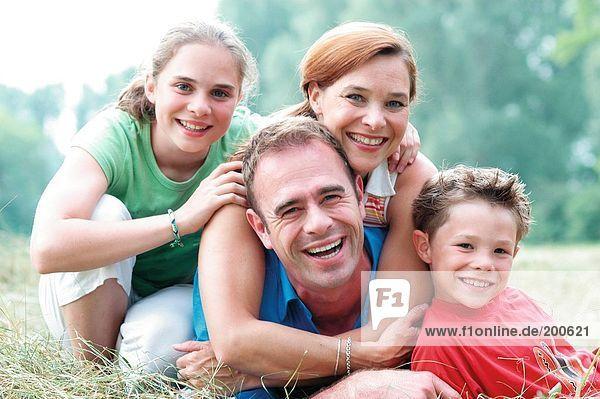 Eltern mit Sohn und Tochter außerhalb