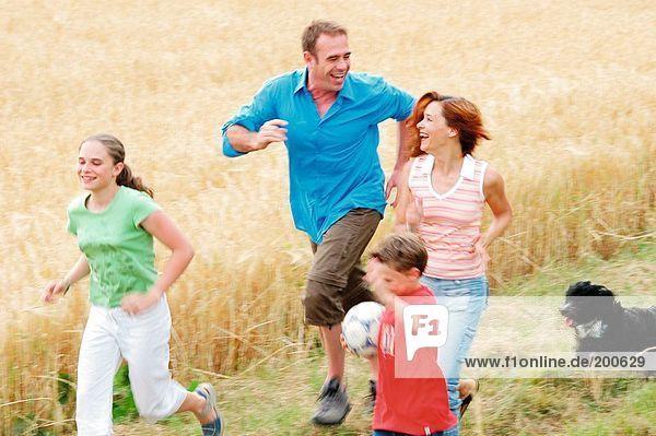 Familie im Feld ausgeführt