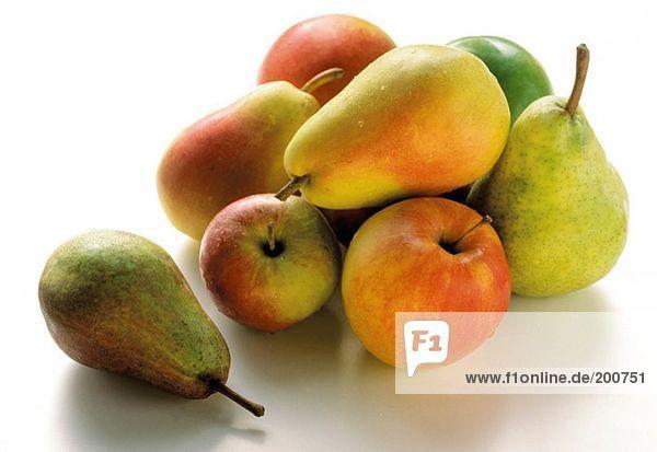Verschiedene frische Birnen und Äpfel