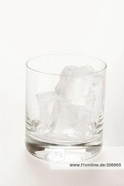 Leeres Glas mit Eiswürfeln