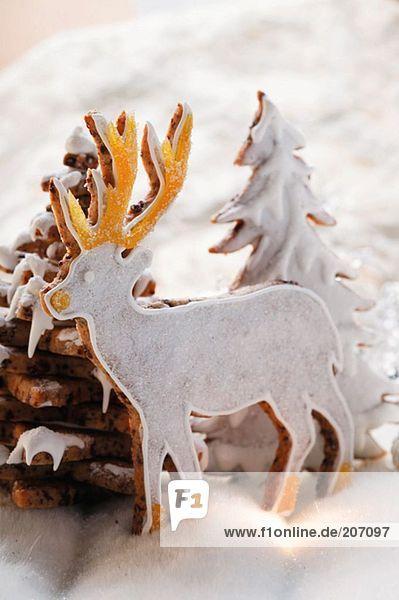 Hirsch aus Schokoladenmürbteig im Winterwald Hirsch aus Schokoladenmürbteig im Winterwald