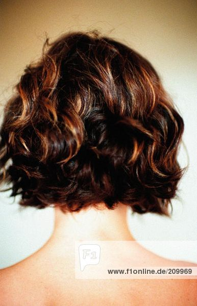 Rückansicht der Frau mit lockigem Haar
