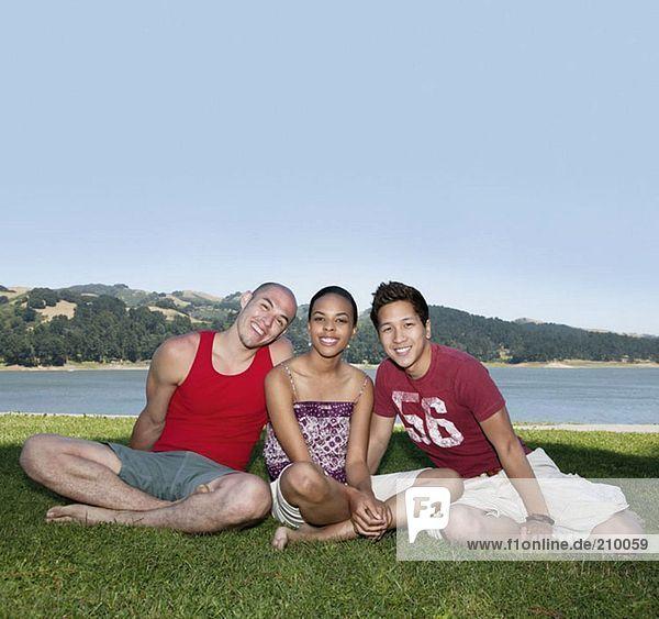 Freunde in der Nähe eines Sees