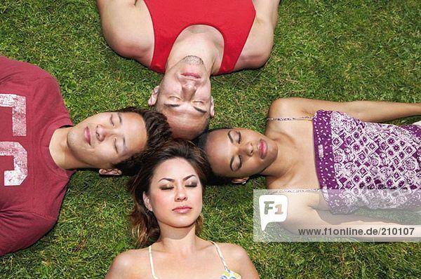 Freunde auf dem Rasen liegend