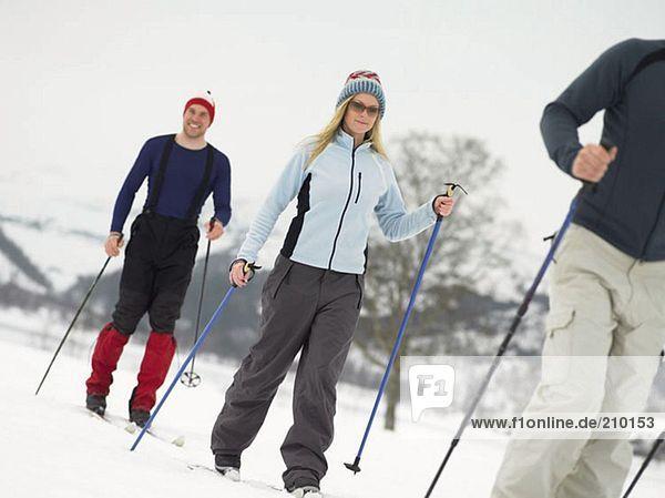 Freunde  die auf Skiern laufen