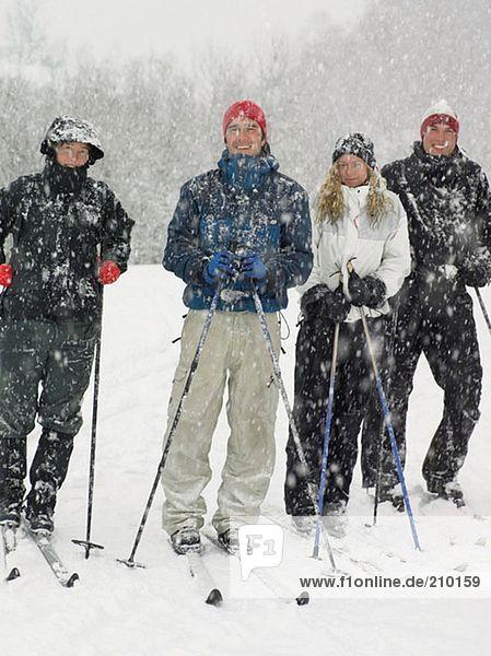 Vier Freunde auf Skiern