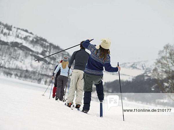 Skifahrer beim Wandern durch den Schnee