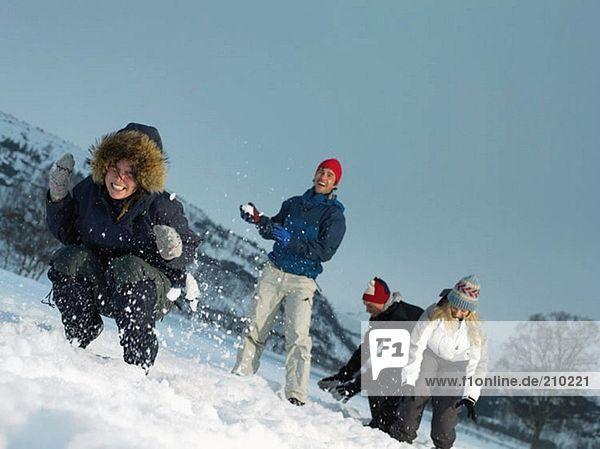 Freunde werfen Schneebälle