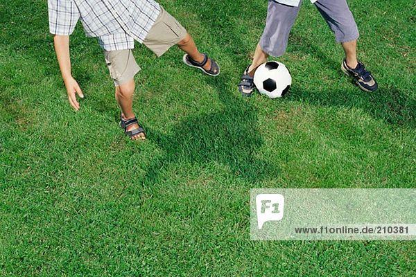 Jungen spielen Fußball