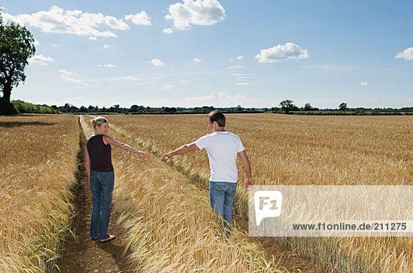 Paar in einem Weizenfeld
