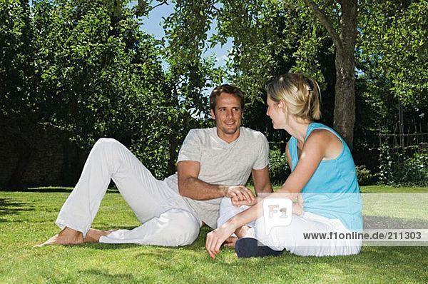 Paar im Park sitzend