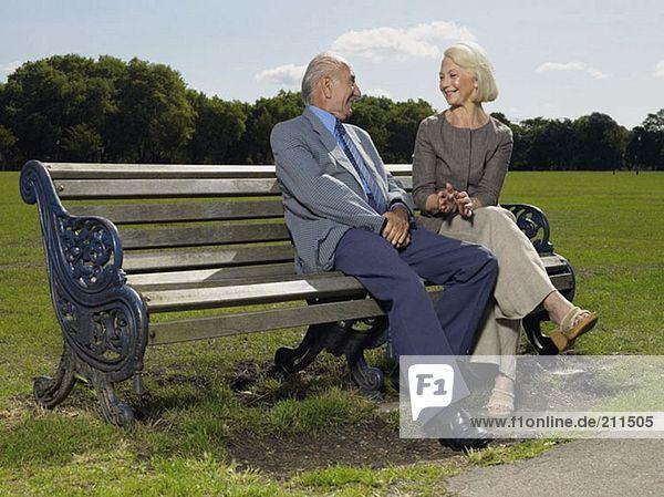 Älteres Paar auf einer Parkbank sitzend