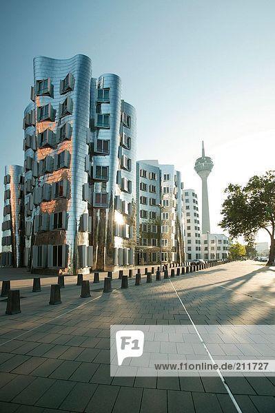 Funkturm und Gebäude in der Stadt  Rhein Tower  Gehry Gebäude  Düsseldorf  Nordrhein-Westfalen  Deutschland Funkturm und Gebäude in der Stadt, Rhein Tower, Gehry Gebäude, Düsseldorf, Nordrhein-Westfalen, Deutschland