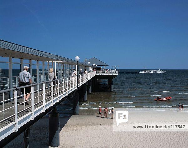 Touristen an überdachten Pier  Mecklenburg-Vorpommern  Deutschland