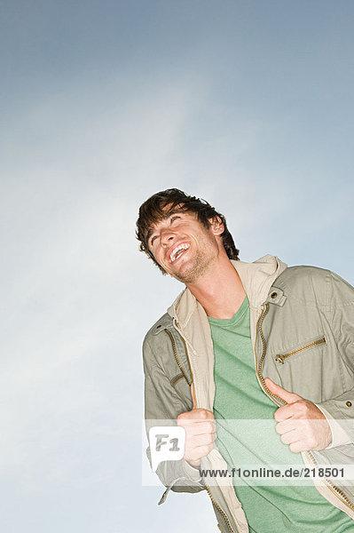 Lächelnder Mann mit Jacke