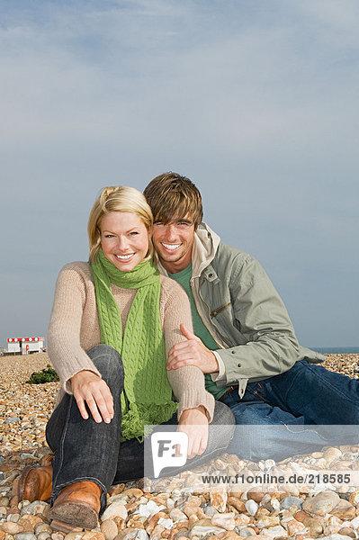 Paar am Strand sitzend