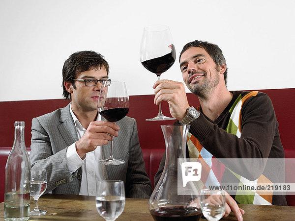 Zwei Männer bei der Weinprobe