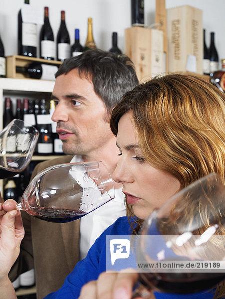 Zwei Personen bei der Weinprobe