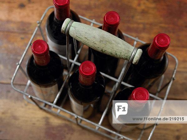 Weinflaschen im Korb