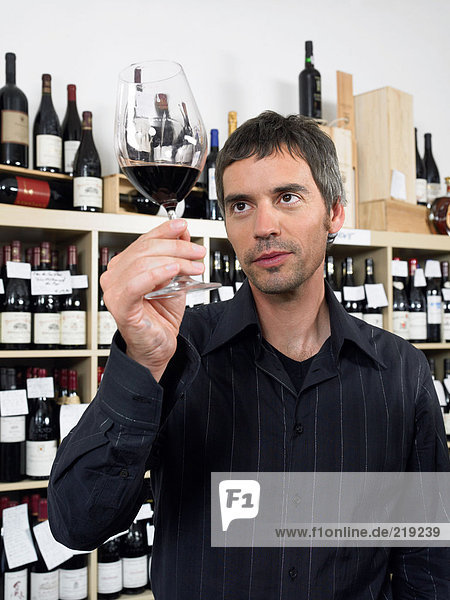 Mann  der den Wein untersucht