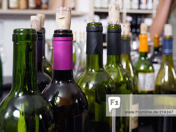 Reihe von leeren Flaschen