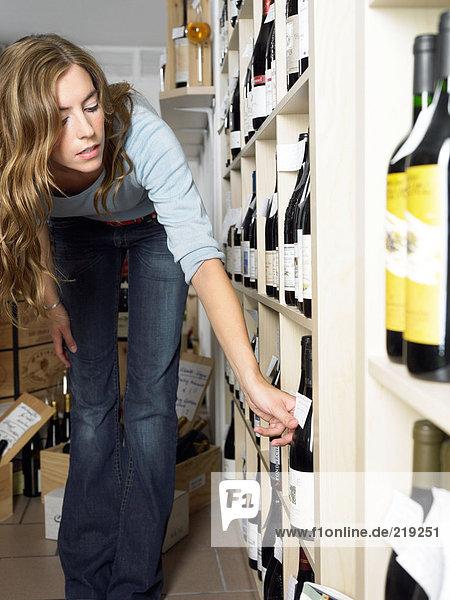 Junge Frau im Weinhandel
