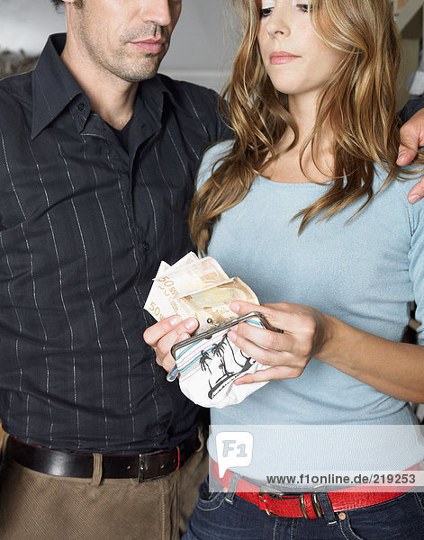 Paare zählen Banknoten