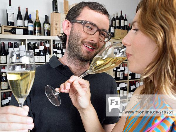 Paar trinkt Weißwein