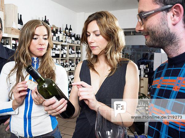 Gruppe von Freunden bei der Weinprobe
