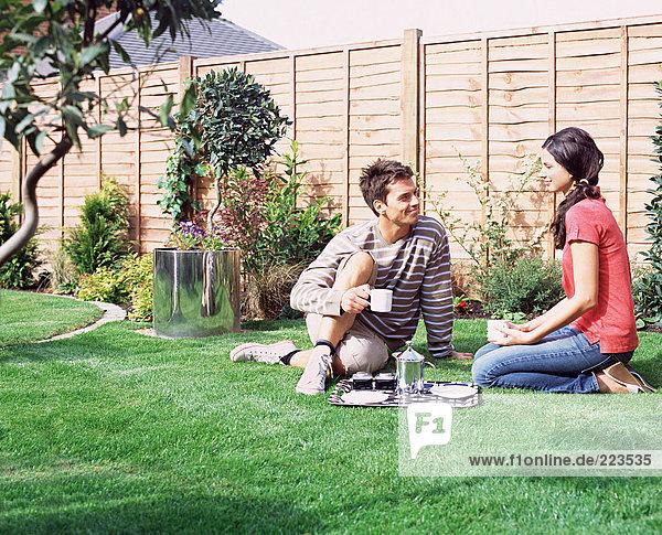 Junges Paar beim Kaffee im Garten
