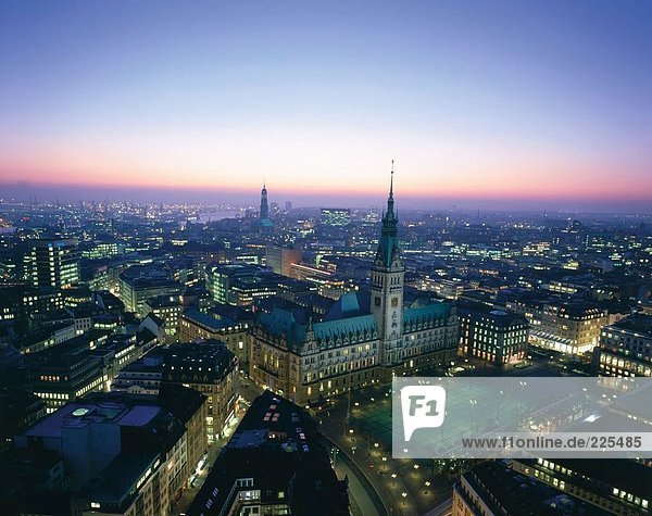 Luftbild der Stadt beleuchtet nachts  Hamburg  Deutschland