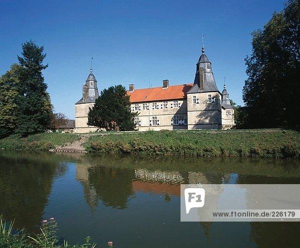 Fluss  der vor der Burg  Burg von Westerwinkel  Deutschland