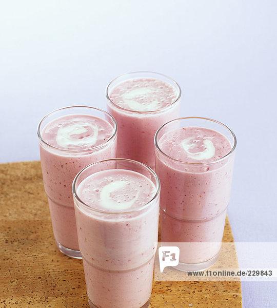 Himbeer-Joghurtshake in Gläsern Himbeer-Joghurtshake in Gläsern