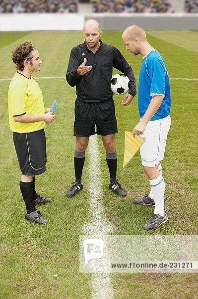 Schiedsrichter wirft eine Münze