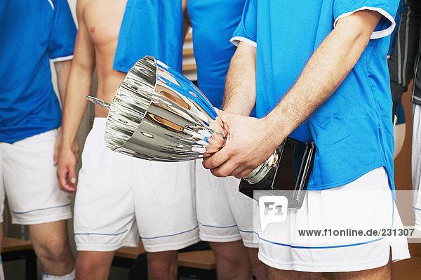 Fußballer mit Trophäe