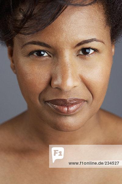 Porträt einer mittleren erwachsenen Frau