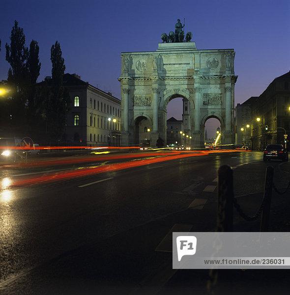 Deutschland  München  Siegestor bei Nacht