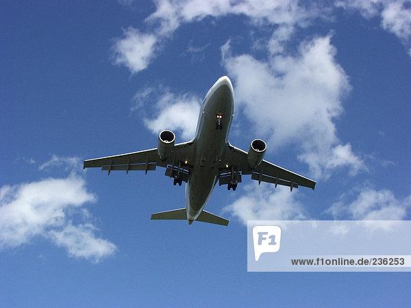Düsenflugzeug fliegend  Blick in den niedrigen Winkel