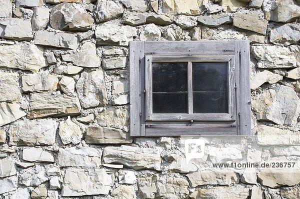 Geschlossenes Fenster an der Steinmauer