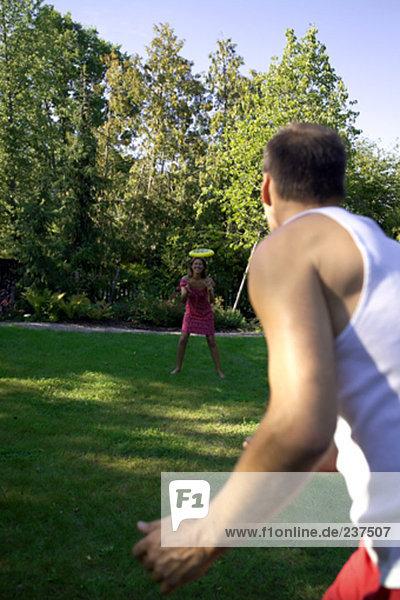 Garten Frisbee spielen