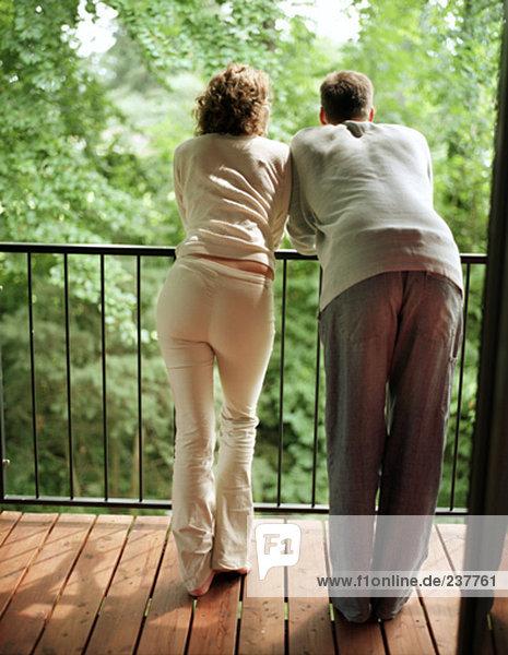 stehend Balkon Rückansicht Ansicht